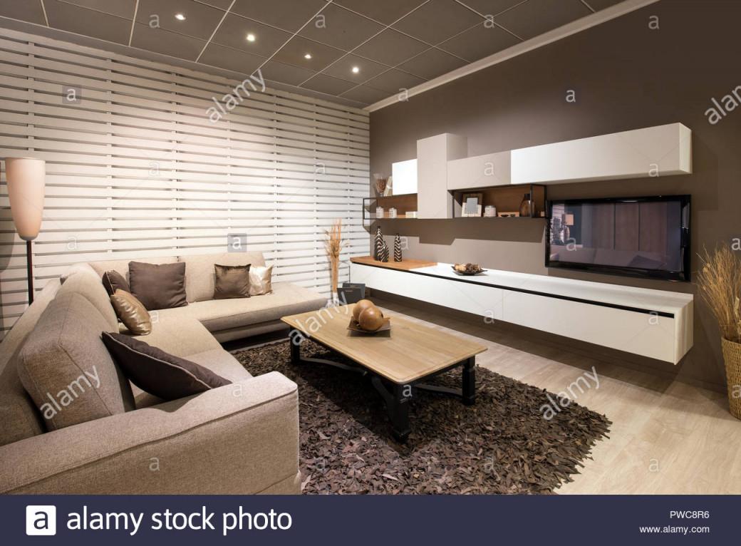 Elegantes Wohnzimmer Interieur Mit Hölzernen Tisch von Elegante Bilder Für Wohnzimmer Bild