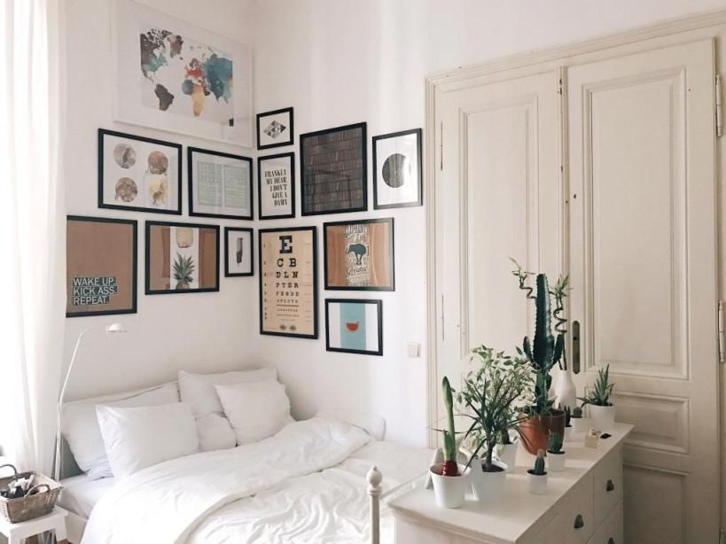 Gemütliche Schlafecke Mit Bilderwand Über Dem Bett  Wohnen von Schlafecke Im Wohnzimmer Einrichten Photo