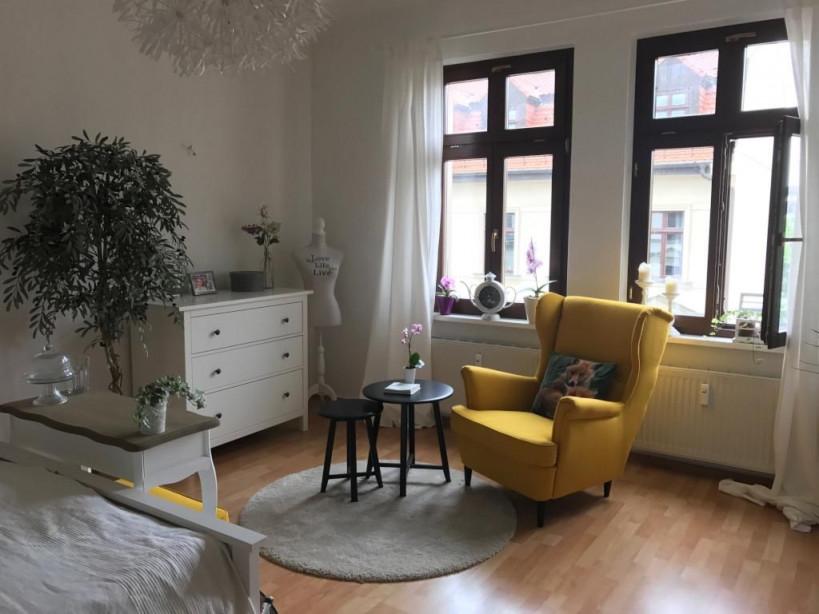 Gemütliche Sitzecke Mit Gelbem Sessel Ist Das Highlight Des von Sitzecke Ideen Wohnzimmer Photo