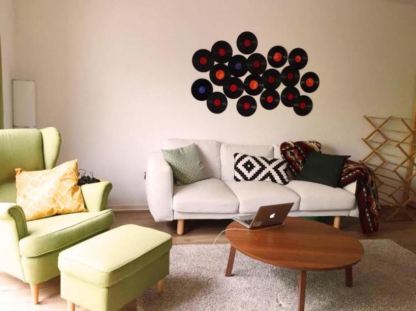 Gemütliches Wohnzimmer Mit Wanddeko Aus Alten Schallplatten von Wanddeko Wohnzimmer Bilder Bild