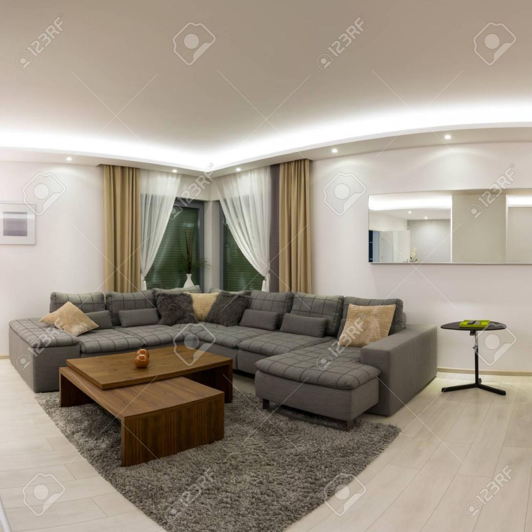 Geräumige Moderne Wohnzimmer Mit Esstisch Aus Holz von Moderne Wohnzimmer Mit Essplatz Photo