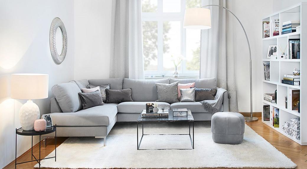 Großer Weißer Teppich Im Wohnzimmer  Teppiche Im von Grosser Teppich Wohnzimmer Bild
