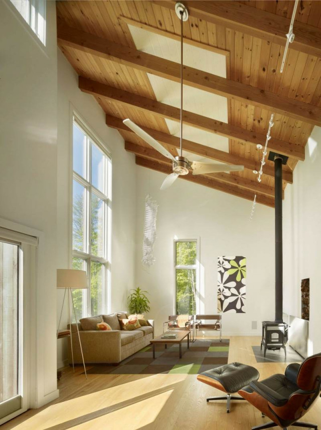 Holzdecke Gestalten  40 Ideen Im Modernen Landhausstil von Moderne Deckenverkleidung Wohnzimmer Bild