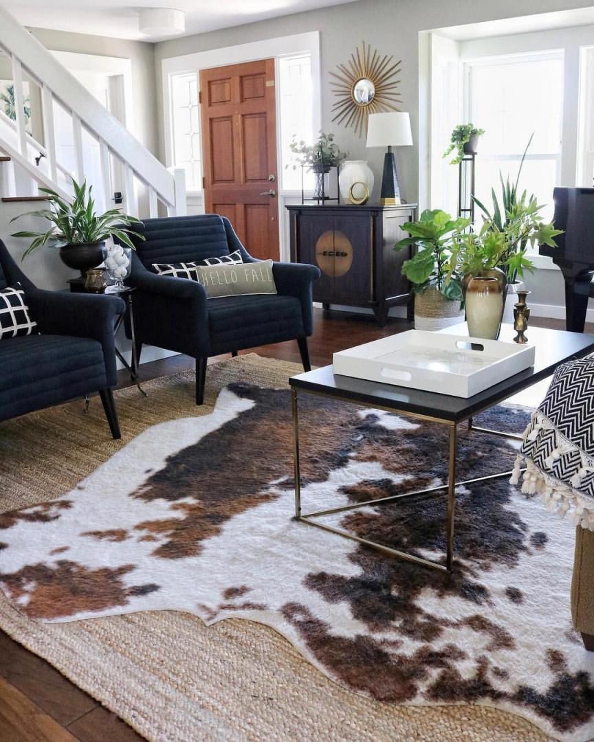 Layered Rugs Farmhousedecor  Teppich Wohnzimmer Kuhfell von Kuhfell Teppich Wohnzimmer Bild