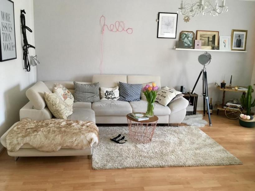 Liebevoll Eingerichtetes Wohnzimmer Mit Großer Sofa von Grosser Teppich Wohnzimmer Bild