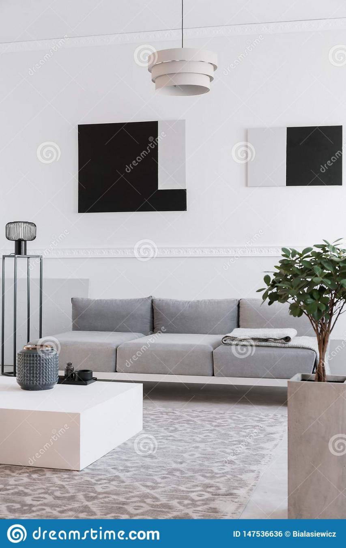 Moderne Industrielle Schwarze Lampe Nahe Bei Skandinavischem von Helle Wohnzimmer Lampe Photo