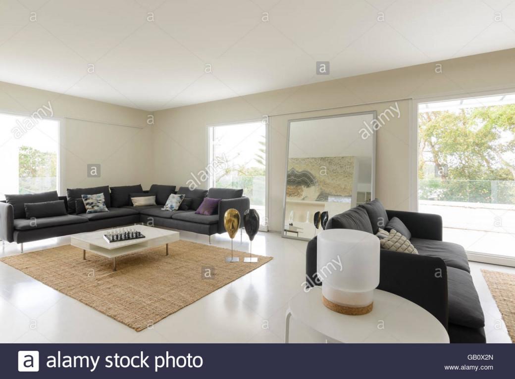 Modernes Wohnzimmer Mit Großen Sofas Und Hellen Großen von Wohnzimmer Mit Großen Fenstern Einrichten Bild