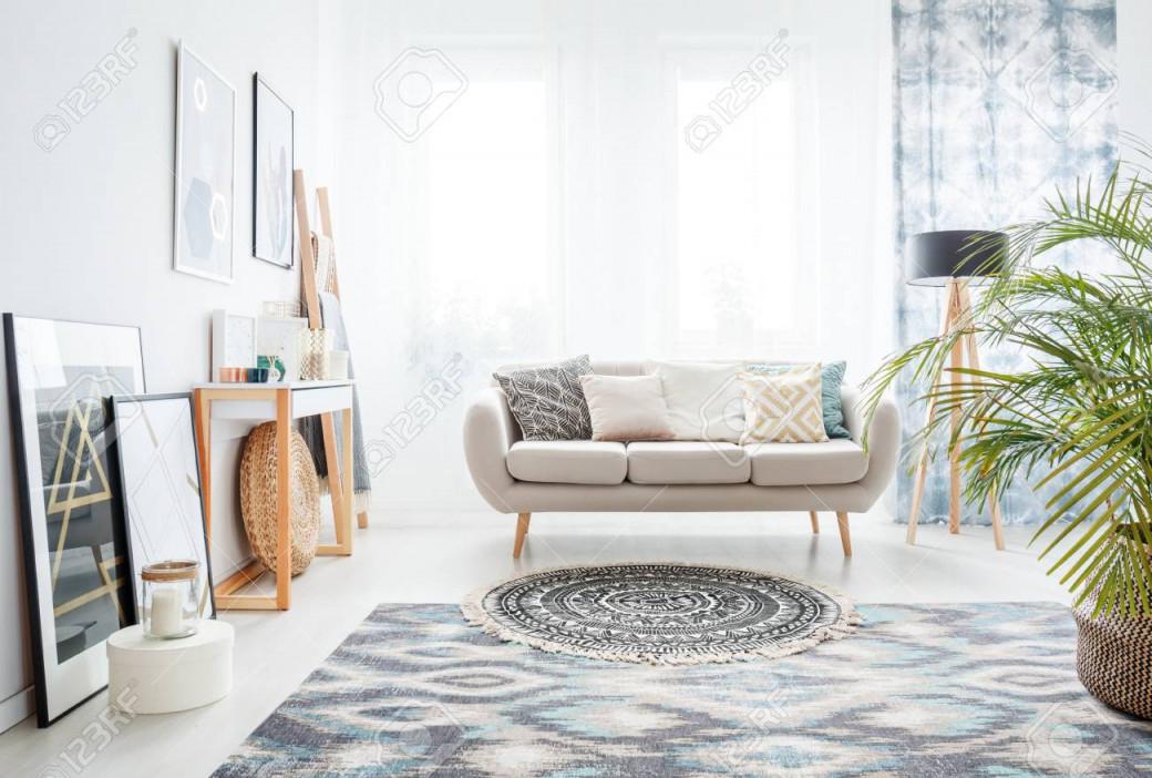 Runder Teppich Mit Schwarzem Muster Vor Einem Beige Sofa Mit Dekorativen  Kissen In Gemütlichen Wohnzimmer von Wohnzimmer Runder Teppich Bild