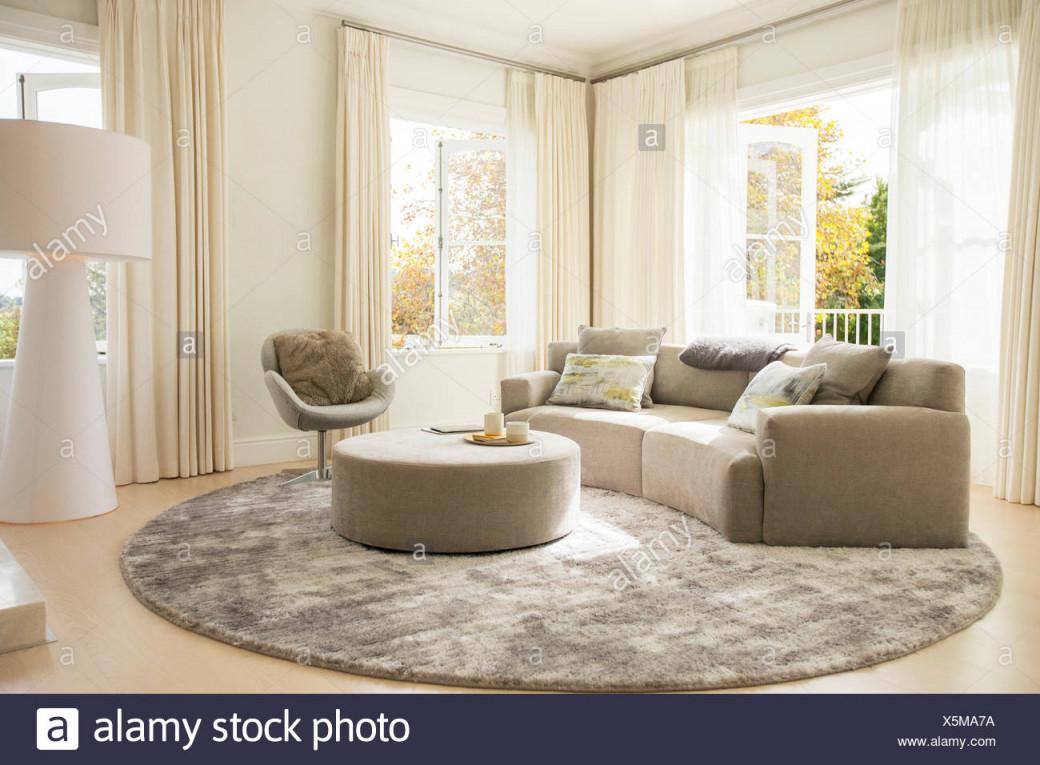 Runder Teppich Unter Sofa Und Ottomane Im Wohnzimmer von Runder Wohnzimmer Teppich Bild