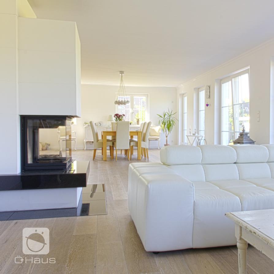 Schönes Großes Und Lichtdurchflutetes Wohnzimmer Mit Vielen von Wohnzimmer Mit Vielen Fenstern Einrichten Bild