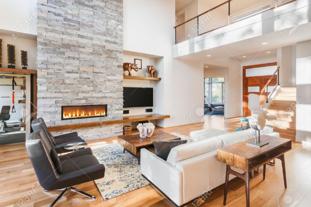 Schönes Wohnzimmer Mit Holzfußboden Und Kamin Im Neuen Luxushaus von Schöne Bilder Für Das Wohnzimmer Bild