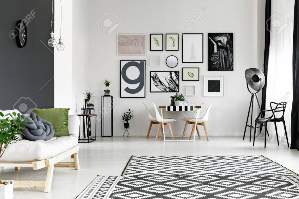 Schwarzweißwände Im Geräumigen Wohnzimmer Mit Esstisch von Schwarz Weiß Bilder Wohnzimmer Photo