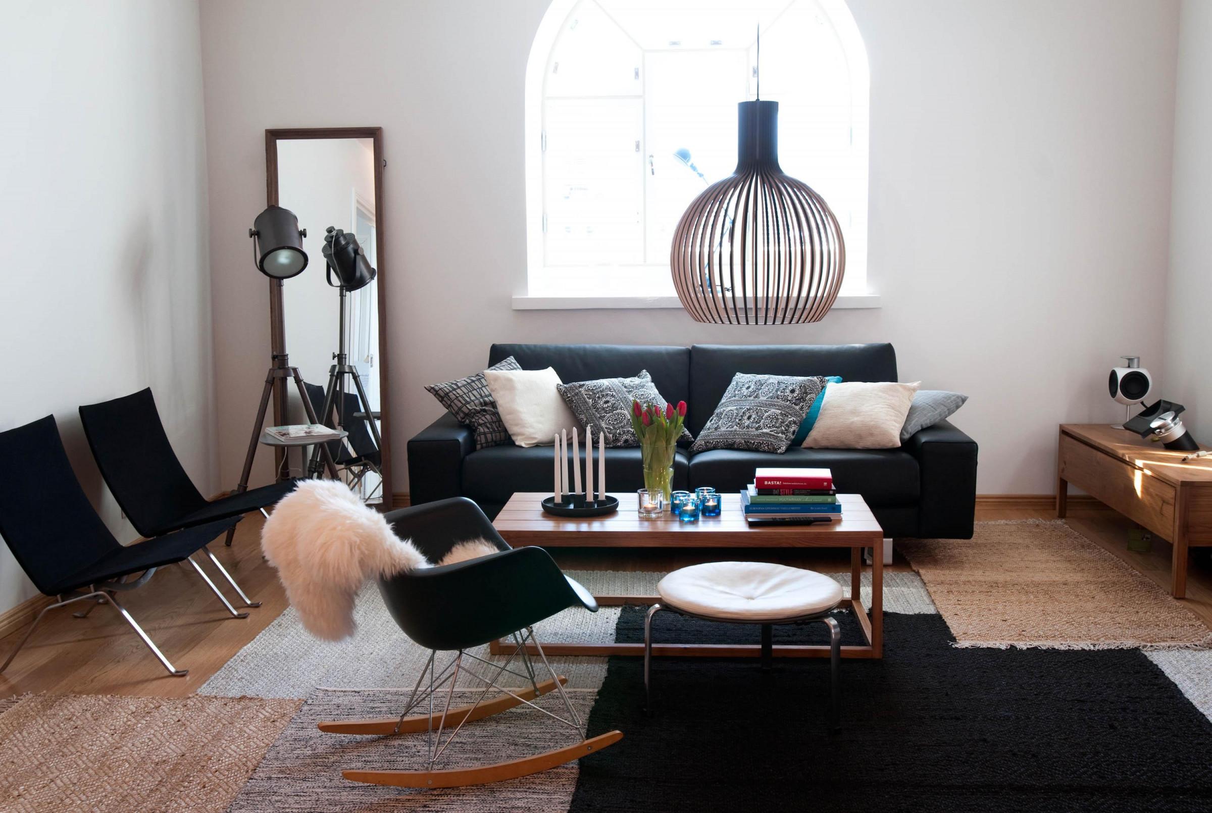 Sessel In Schwarz Couchtisch Hocker Teppich Sess von Wohnzimmer Lampe Über Couchtisch Photo