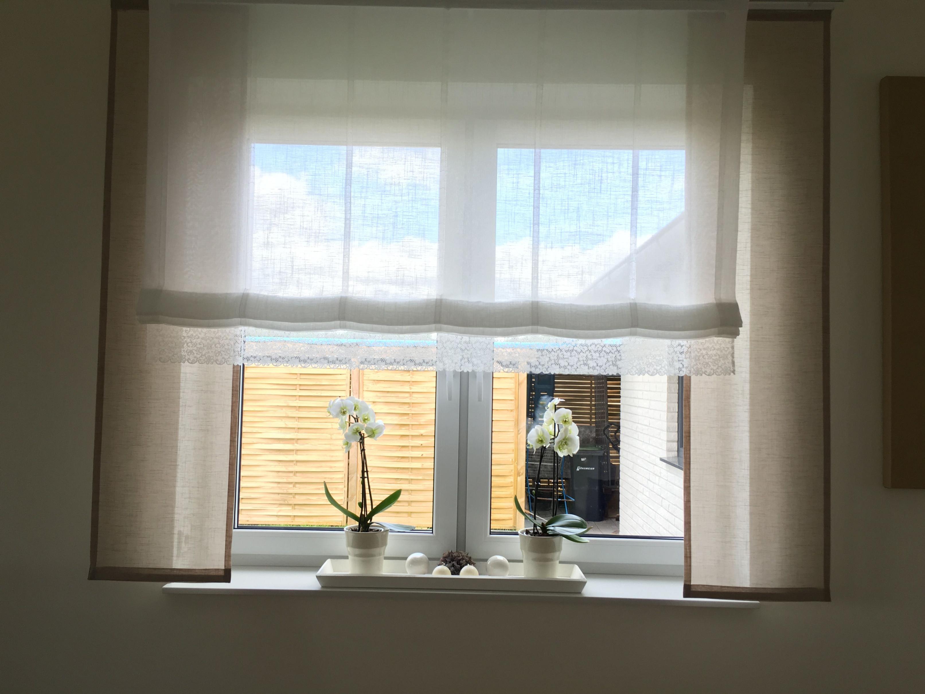 Taupe Mit Weiß Und Spitze Gardinen Store Große Fenster von Gardinen Wohnzimmer Kleine Fenster Bild