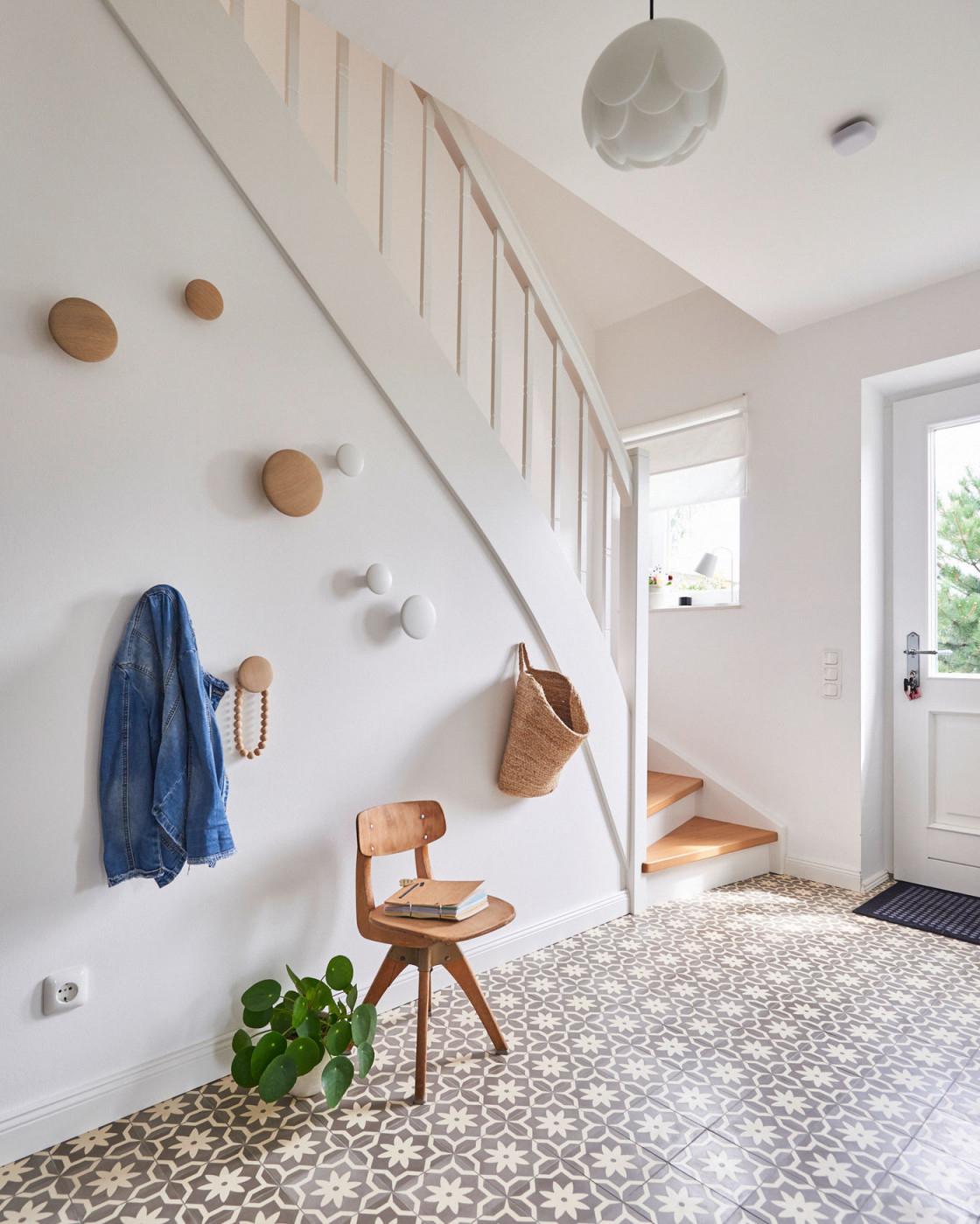 Treppenhaus Gestalten Schöne Ideen Und Tipps von Wohnzimmer Mit Treppe Einrichten Bild