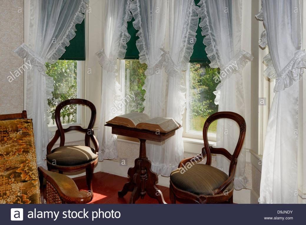 Vintage Sonnigen Wohnzimmer Mit Erker Und Gardinen Robert von Vintage Gardinen Wohnzimmer Bild