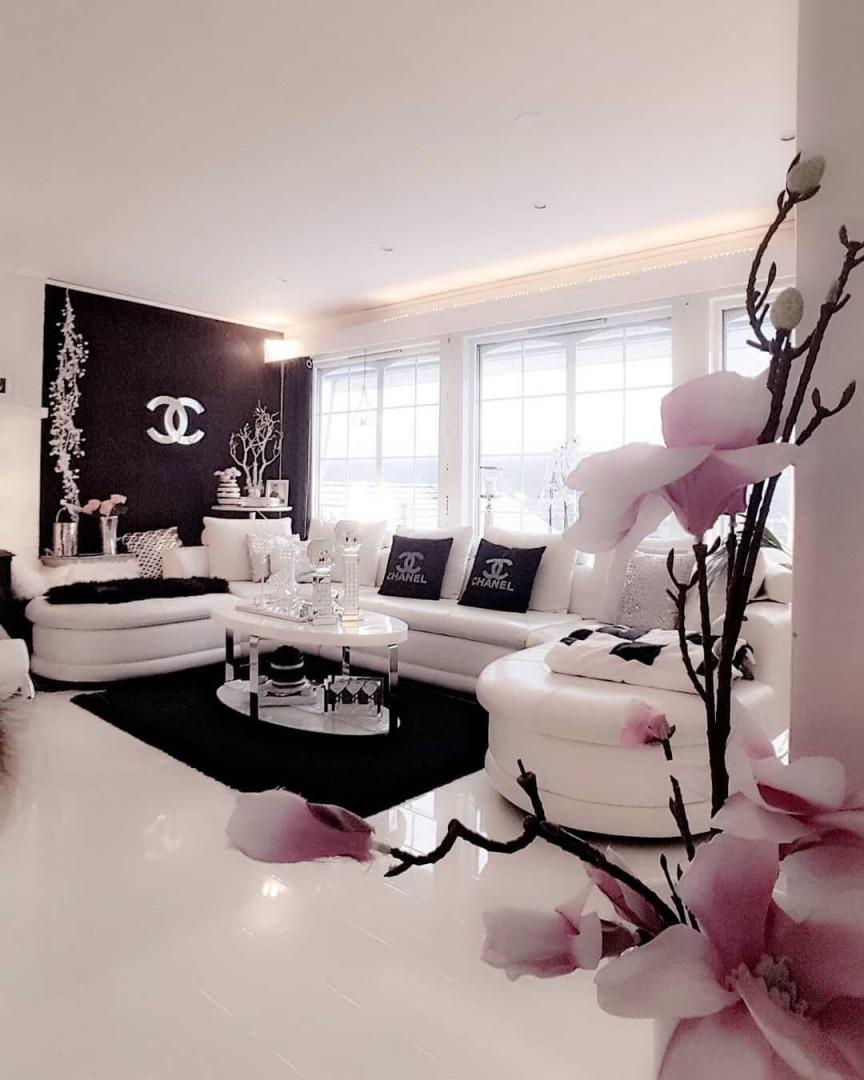 Weiß Schwarze Chanel Einrichtung Im Wohnzimmer Mit Orchideen von Schwarze Deko Wohnzimmer Bild