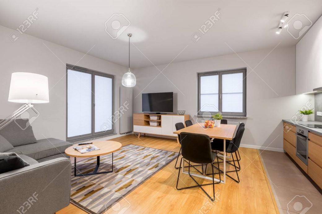 Weiße Loftwohnung Mit Wohnzimmer Und Offener Küche von Wohnzimmer Mit Offener Küche Bilder Bild