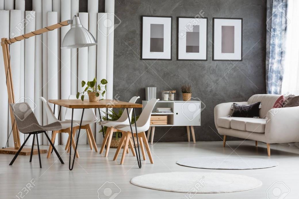 Weiße Runde Teppiche Im Hellen Wohnzimmer Mit Schrank Unter Beige  Tischdecke Und Esstisch Mit Stühlen von Wohnzimmer Runder Teppich Photo