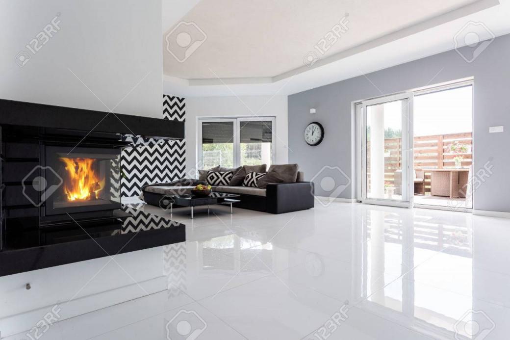 Weißes Und Geräumiges Modernes Wohnzimmer Mit Kamin Und Großem Sofa von Modernes Wohnzimmer Bilder Bild