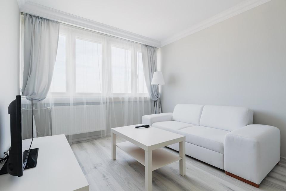 Welches Sofa Für Ein Kleines Wohnzimmer  Zuhause Bei Sam® von Wohnzimmer Mit Vielen Fenstern Einrichten Bild