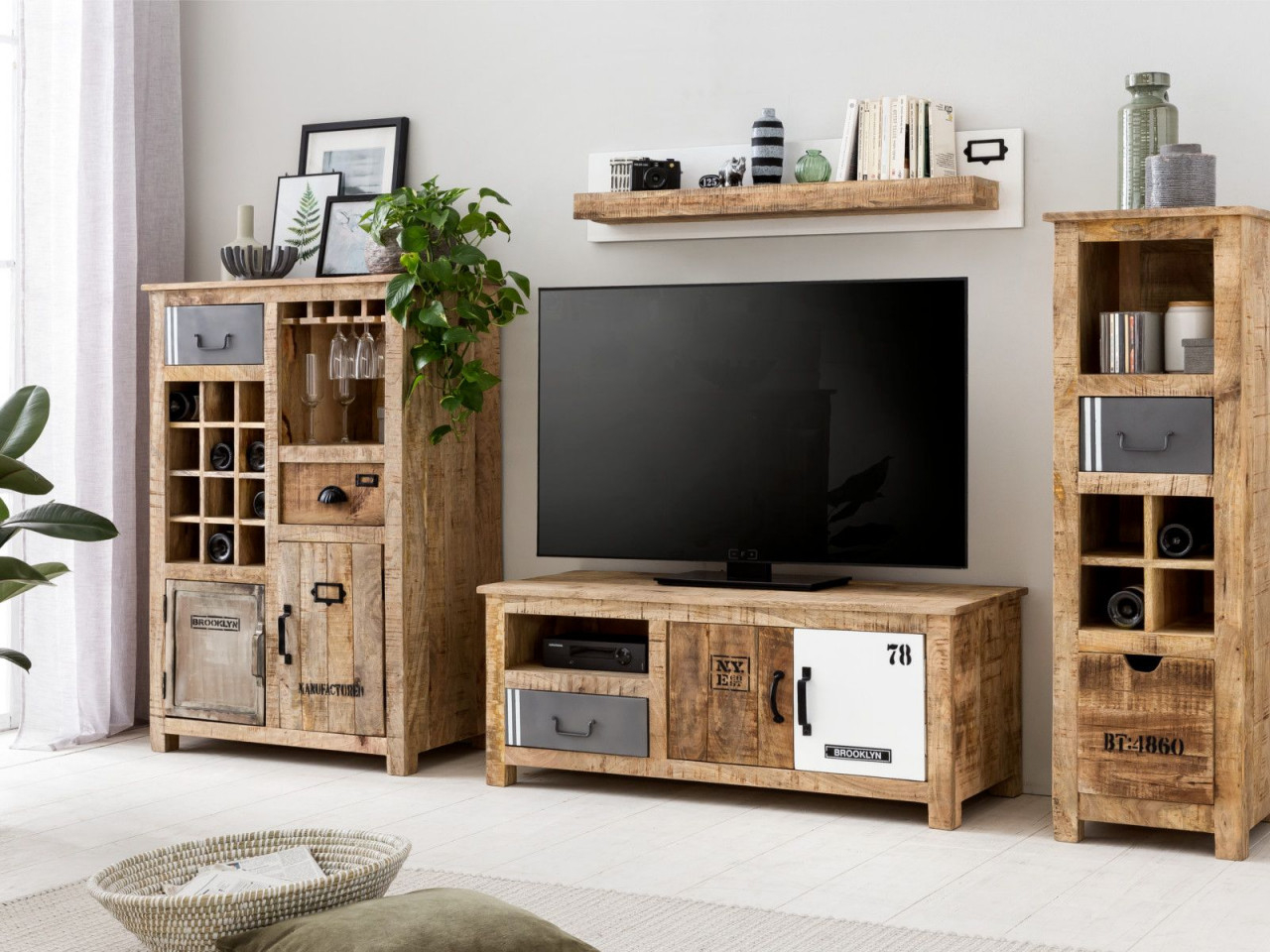 Wohnwand Pune  Einrichtungsideen Wohnzimmer Rustikal Holz von Wohnzimmer Einrichten Holz Photo