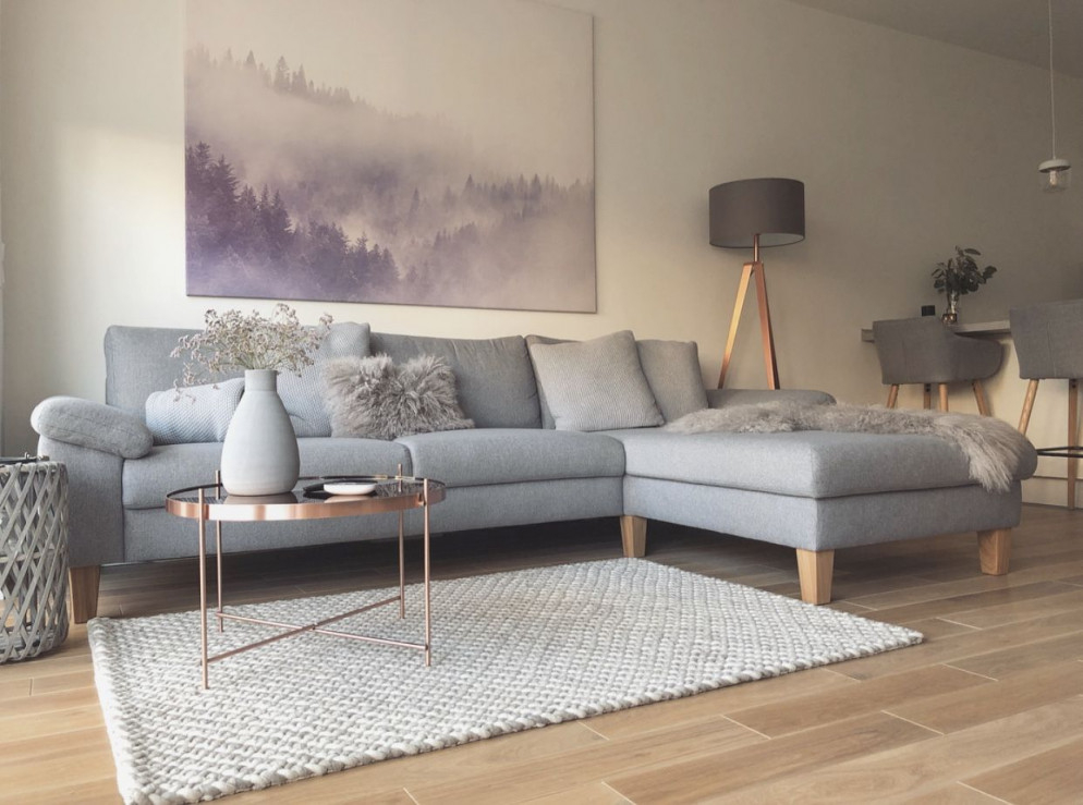 Wohnzimmer Grau Kupfer Details  Wohnzimmer Grau Couch von Wohnzimmer Ideen Graues Sofa Bild