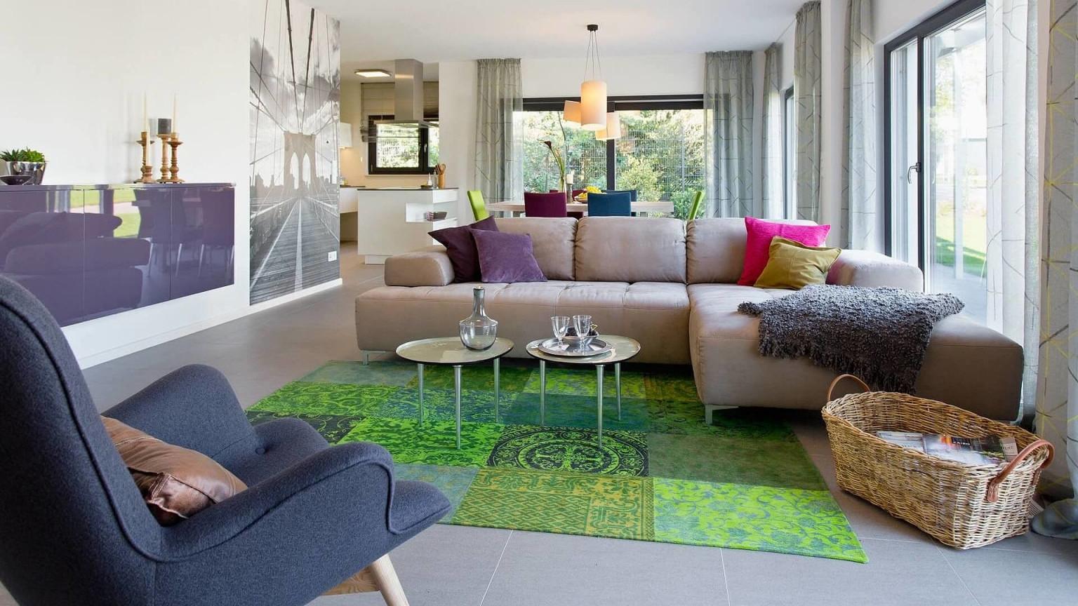 Wohnzimmer Helle Wände Bodentiefe Fenster Grüner Teppich von Grüner Teppich Wohnzimmer Bild