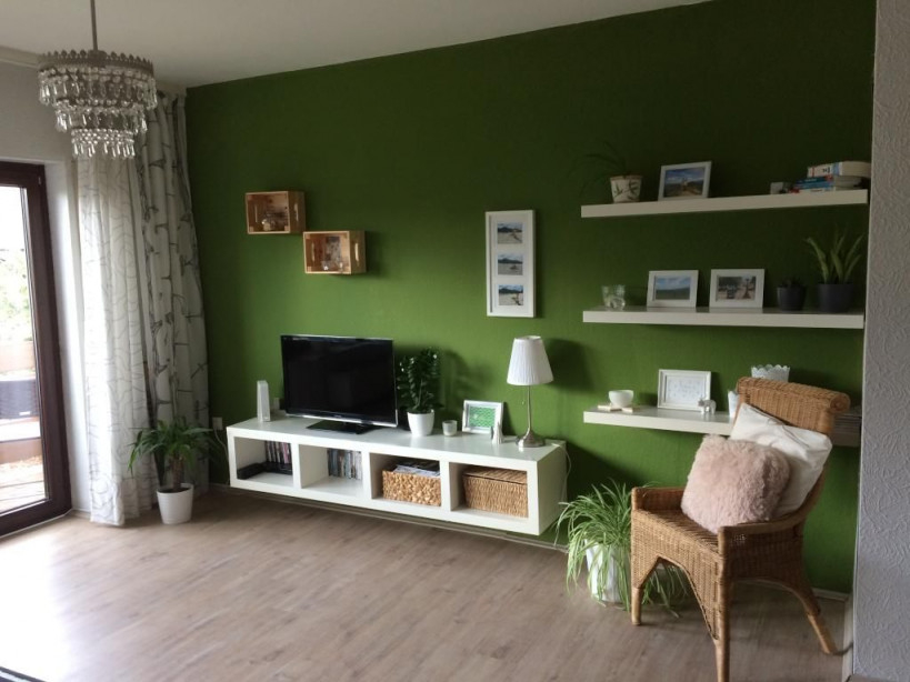 Wohnzimmer In Farbe Die Grüne Wand Bietet Einen Tollen von Grüne Deko Wohnzimmer Bild