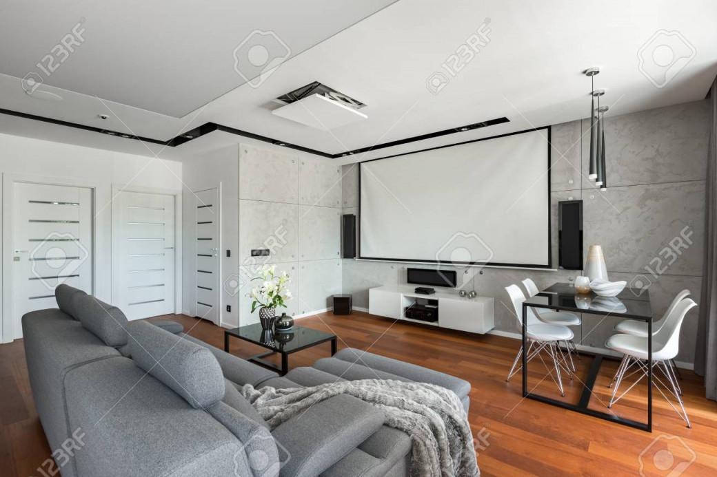 Wohnzimmer Mit Sofa Esstisch Weißen Stühlen Und Leinwand von Wohnzimmer Bilder Leinwand Photo
