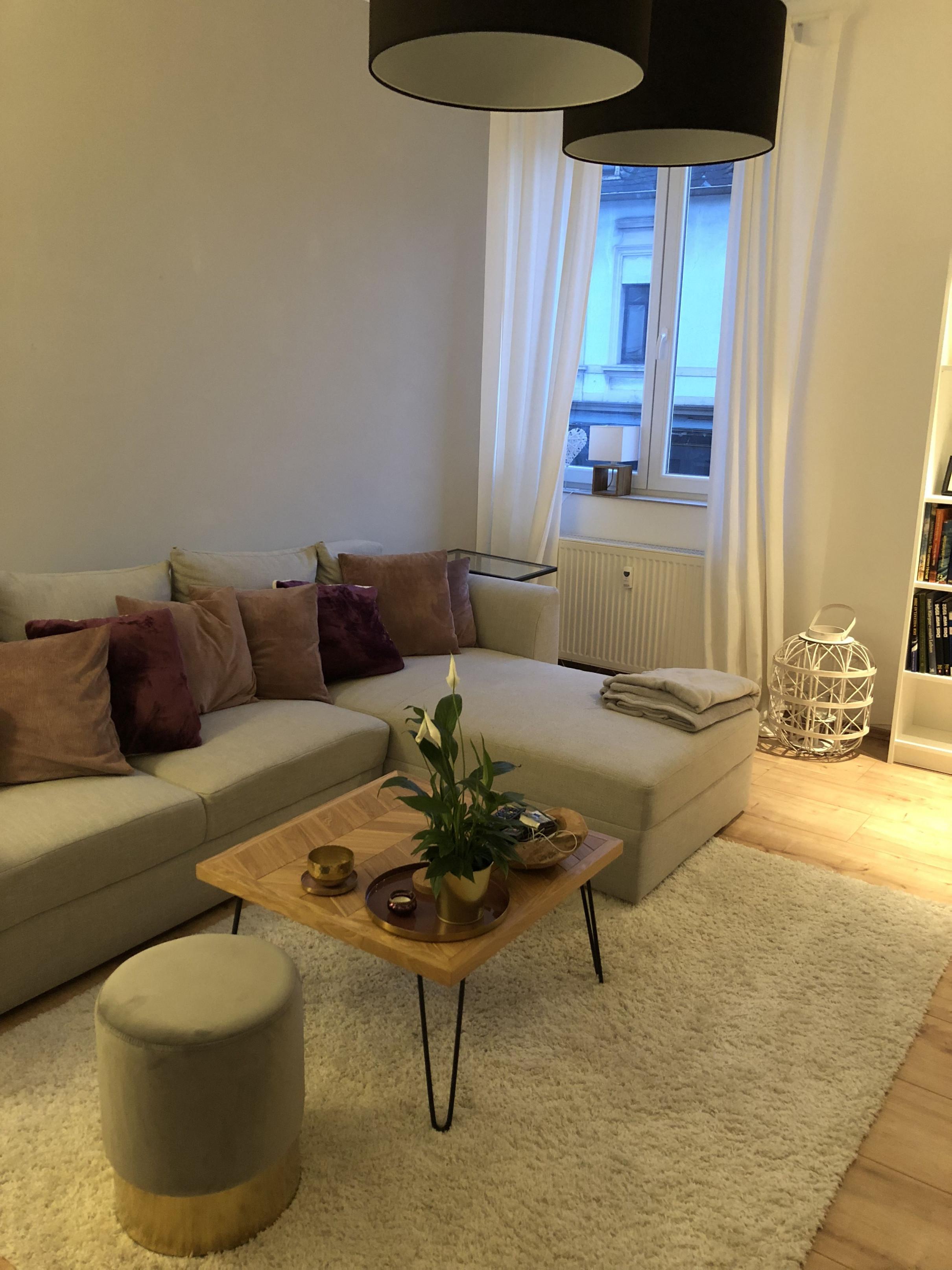 Wohnzimmer Rot Und Beeren Farben Mit Gold Dekoration Und von Deko Rot Wohnzimmer Bild